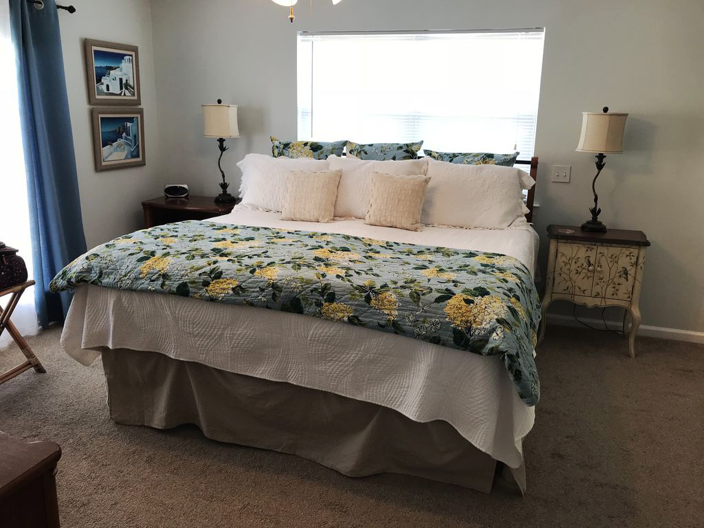 Delphi Cottage master bedroom