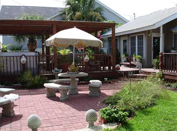 Garden patio of Crowe's Cottage located on Tybee Island